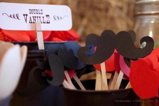 Moustaches et bouches en papier