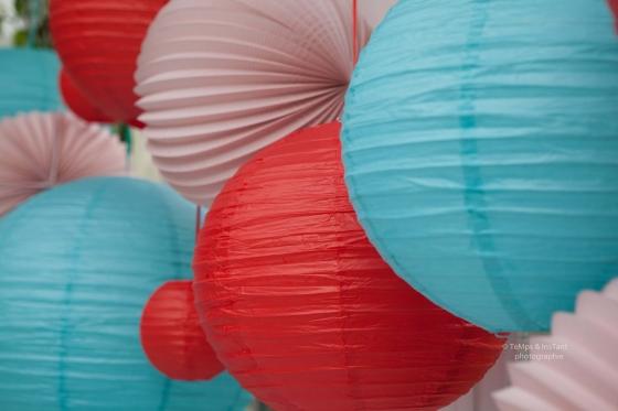 Lanterne en papier rouge bleu et rose